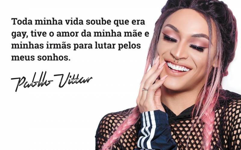 """A drag cantora Pabllo Vittar na direita em destaque. Ao lado, um trecho da carta: """"Toda minha vida soube que era gay, tive o amor da minha mãe e minhas irmãs para lutar pelos meus sonhos"""". Abaixo o nome da Pabllo Vittar."""
